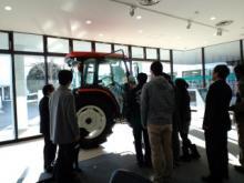 大型農機の説明を受ける学生達