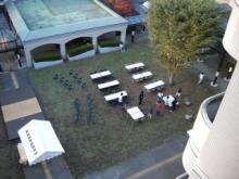 テーブルが並べられる中庭